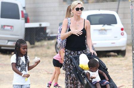 Шарлиз Терон отдыхает с детьми в Малибу