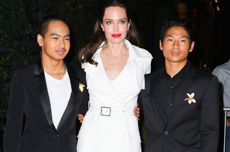 Анджелина Джоли со старшими сыновьями на премьере нового фильма
