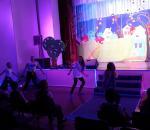В Доме культуры в Тоншалово дети танцуют на полу перед зрителями: сцена в аварийном состоянии