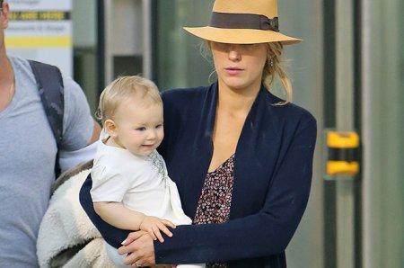 Блейк Лайвли в аэропорту с детьми