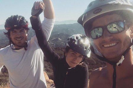 Йен Сомерхолдер и Никки Рид на велосипедах покоряют горы