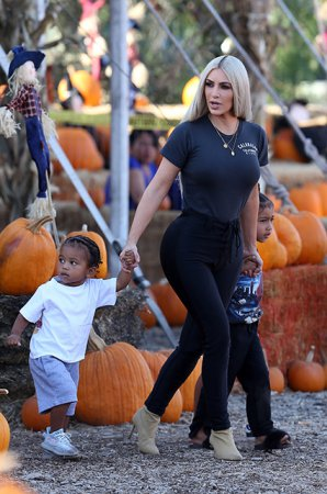 Ким Кардашьян посетила с детьми тыквенную ферму