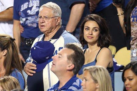 Мила Кунис с папой на бейсбольном матче