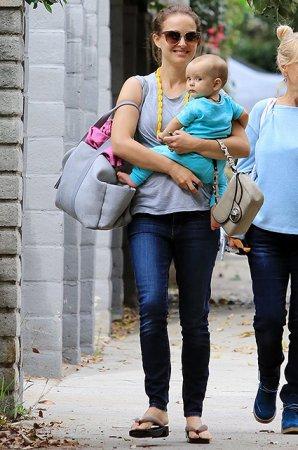 Натали Портман на прогулке с восьмимесячной дочерью