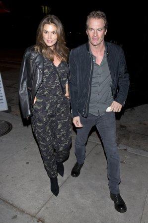 Синди Кроуфорд с супругом ужинают в Западном Голливуде