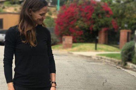 Дженнифер Гарнер гуляет с курицей на поводке