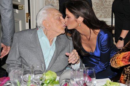 Кэтрин Зета-Джонс расцеловала своего столетнего свекра