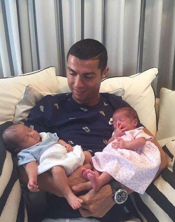 Джорджина Родригес с детьми и бабушкой следят за игрой Роналду