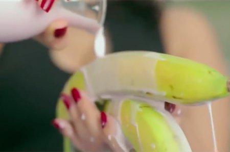 Египетская певица арестована за откровенное поедание банана в клипе