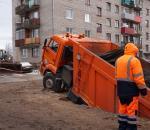 В Чагоде КамАЗ, груженный асфальтом, провалился под землю