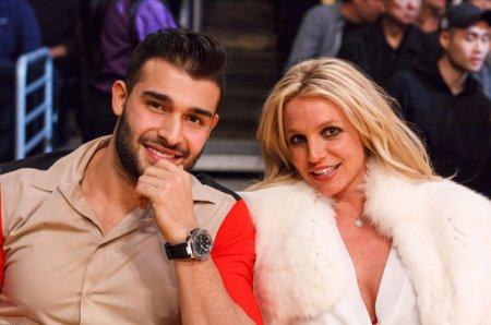 Бритни Спирс с молодым бойфрендом посетила баскетбольный матч