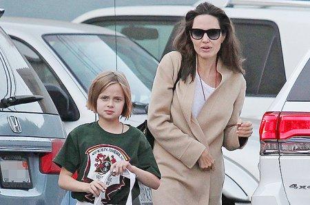 Анджелина Джоли провела дочь на карате