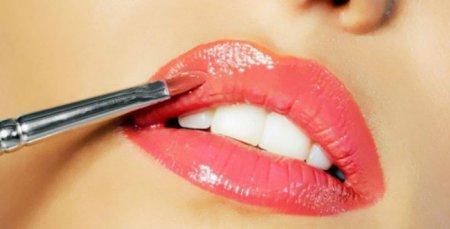 Как правильно наносить губную помаду?