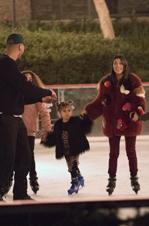 Кортни и Ким Кардашьян катаются с детьми на коньках