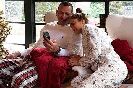 Дженнифер Лопес и Алекс Родригес провели рождество в пижамах