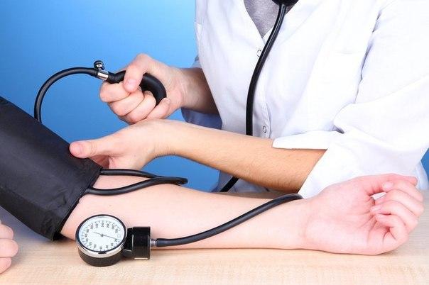 русская медсестра мерит давление у больного